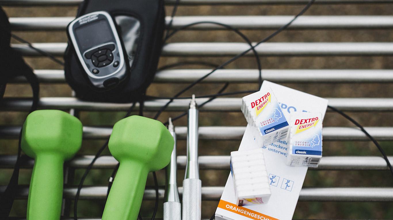 Die wichtigsten Utensilien für Diabetiker sind auch beim Sport immer dabei: Testgerät, Insulin und Traubenzucker.